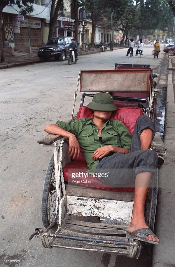 Giấc ngủ trưa của người lái xích lô.