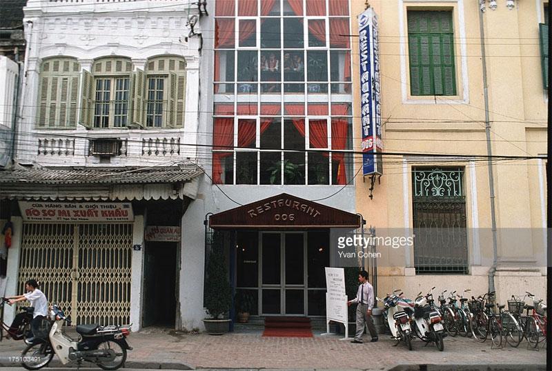 Vẻ cổ kính xen lẫn hiện đại của các tòa nhà trên phố Tràng Tiền.
