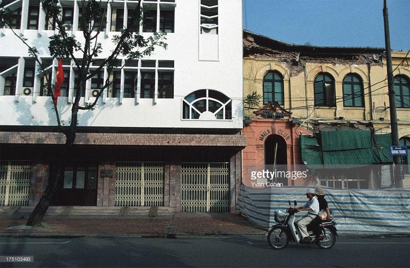 Sự đối lập giữa cái mới và cái cũ trên phố Quang Trung.
