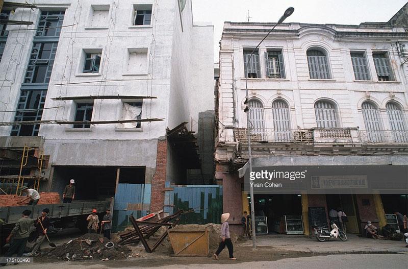 Khung cảnh tương tự tại phố Tràng Tiền.