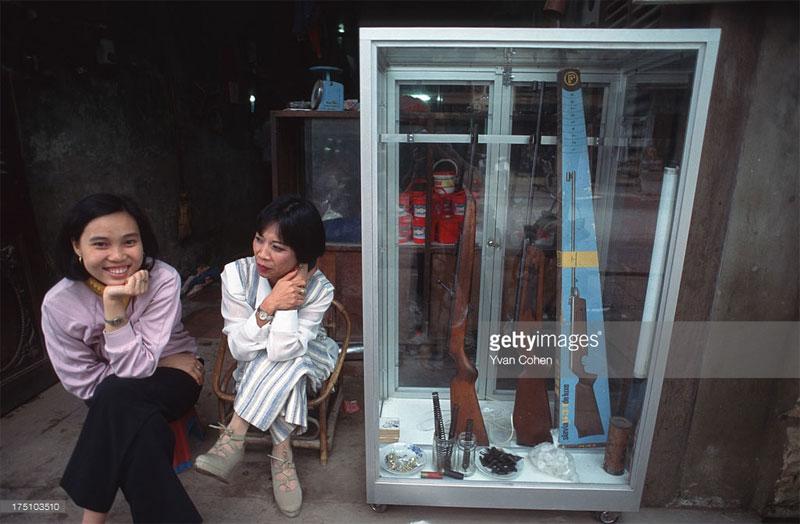Hai người phụ nữ tại cửa hàng bán súng hơi.