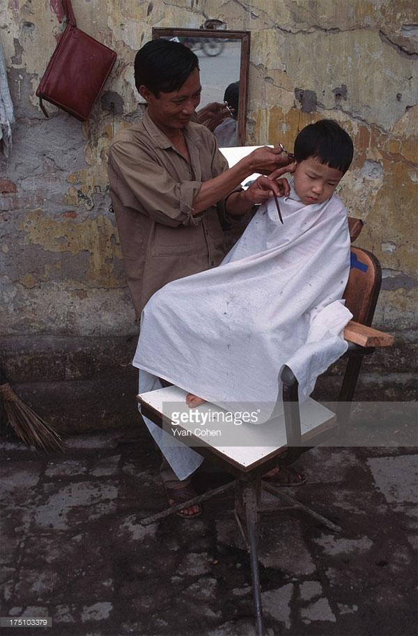 Một hiệu cắt tóc vỉa hè.