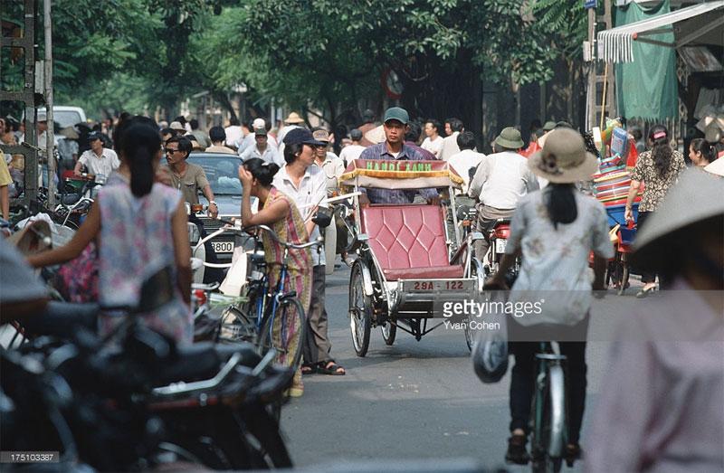 Vào thời điểm này, số lượng xe máy đã gia tăng mạnh mẽ, dần thay thế vai trò của xe đạp trong việc đi lại của người dân