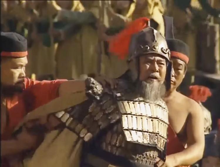 Du ra lệnh chém. Lão tướng Hoàng Cái không phục, mắng chửi Chu Du không tiếc lời.