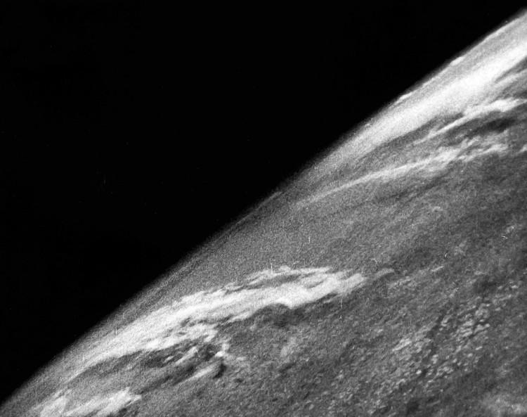 Bức ảnh đầu tiên chụp một phần Trái đất từ độ cao 104km.