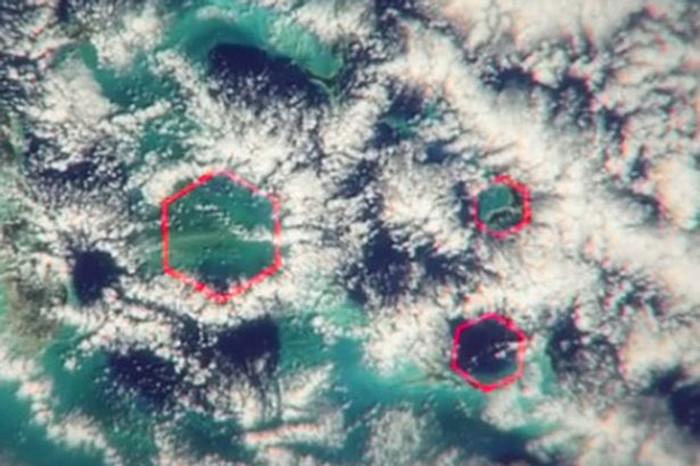 Đám mây hình lục giác bên trên vùng Tam giác quỷ Bermuda do vệ tinh NASA chụp lại.
