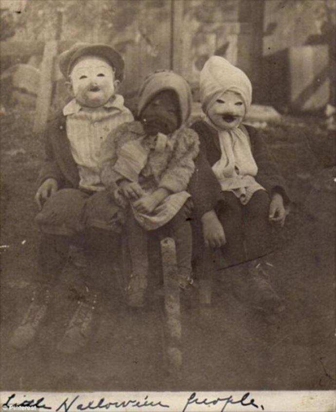 Trẻ em hào hứng hóa trang, đeo những chiếc mặt nạ với hình dáng ma quái để thật sự nổi bật trong ngày Halloween.