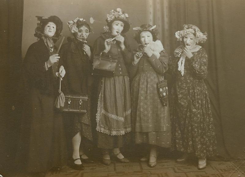 Một nhóm phụ nữ hóa trang cầu kỳ trong dịp Halloween.