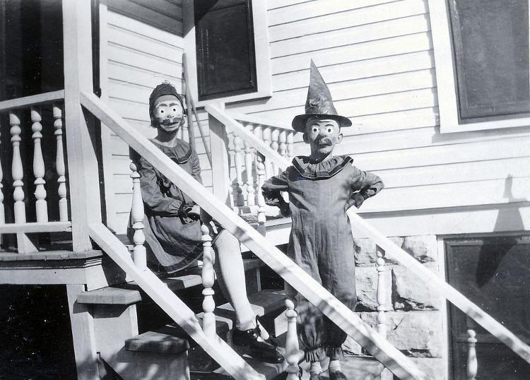 Hai cậu bé trong trang phục hóa trang đứng ở cầu thang.