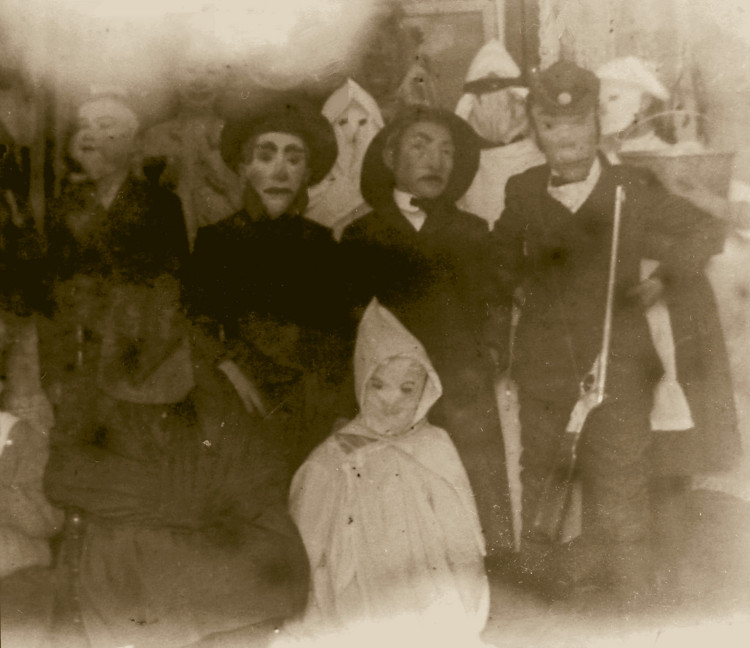 Bữa tiệc Halloween với sự tham gia của nhiều người từ trẻ nhỏ đến người lớn.