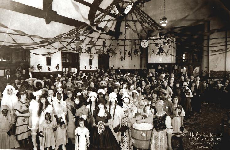 Bữa tiệc Halloween thu hút rất đông người tham dự những năm 1900 - 1920.