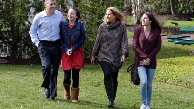 Từ trái sang: Peter Foster, con gái nuôi Kerry, vợ Susan và con gái ruột Emma - đứa trẻ sinh ra từ cuộc thử nghiệm ghép 3 gene