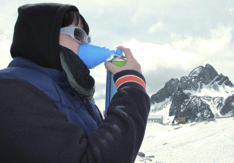 Người bình thường ở độ cao lớn phải dùng oxy đóng chai để không bị mắc chứng say độ cao.