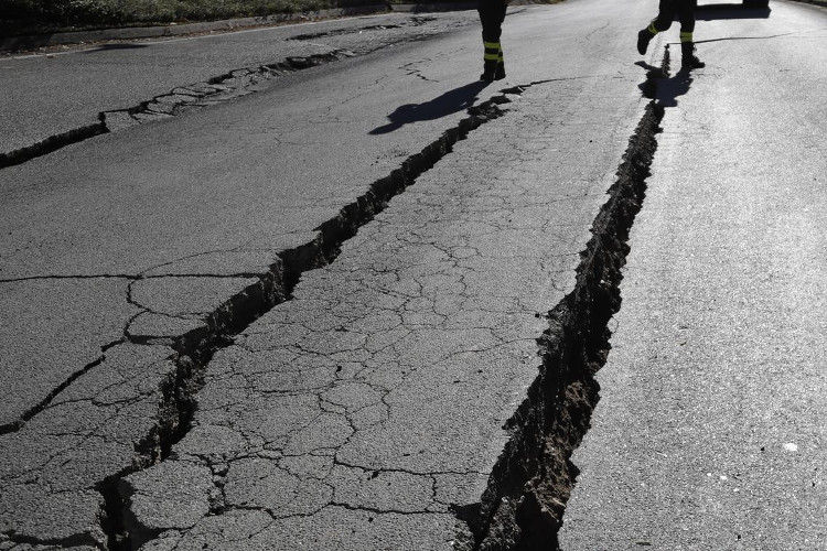 Nhiều vết nứt trên đường phố Italy.