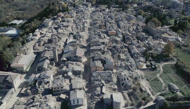 Những ngôi nhà ở thị trấn Norcia đổ sập sau động đất.