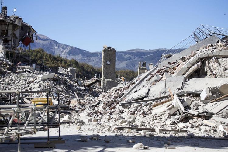 Những gì còn sót lại trong một thị trấn ở Amatrice là một tháp đồng hồ giữa đống đổ nát.