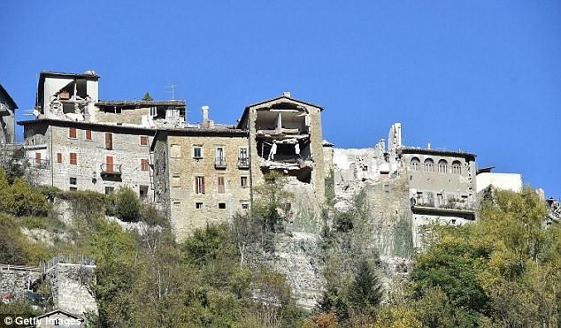 Những ngôi nhà trên sườn đồi ở Arquata del Tronto cũng bị hư hại nặng.
