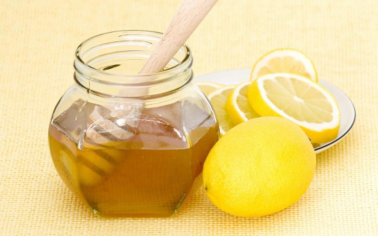 Uống chanh và mật ong vào sáng sớm giúp bạn thải độc và cung cấp vitamin C cho cơ thể.