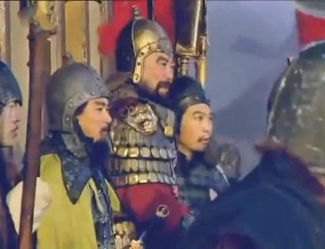 Đổng Trác và con rể Lý Nho trên thành nhìn xuống trận chiến chuẩn bị xảy ra.