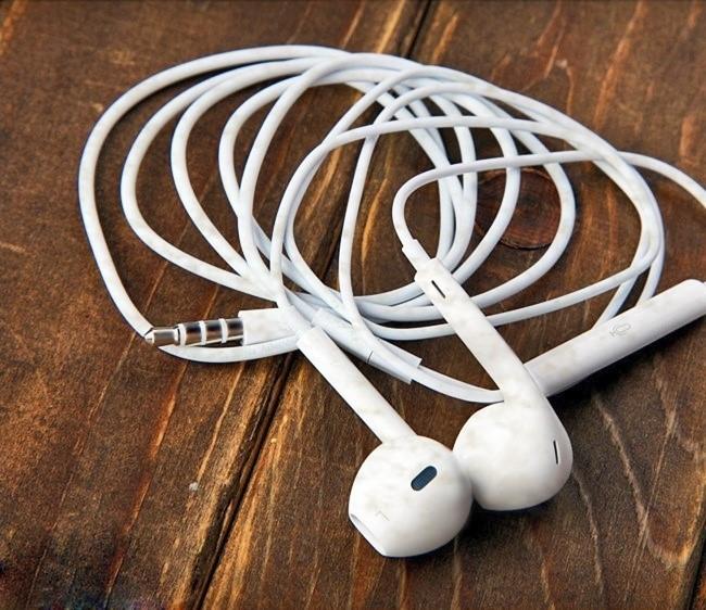 Các bụi bẩn trên dây tai nghe có thể được loại bỏ bằng cục tẩy.