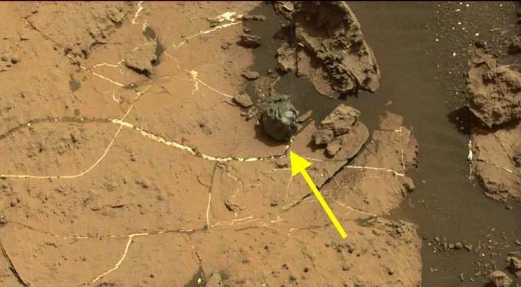 Thiên thạch hình dáng khác thường được robot thăm dò Curiosity phát hiện trên sao Hỏa.