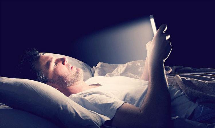 Ánh sáng xanh phát ra từ màn hình điện thoại vào ban đêm khiến não ngừng sản xuất melatonin.