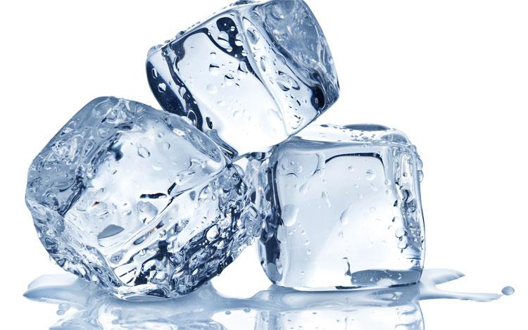 Ngậm một vài viên đá lạnh trong miệng có thể ngăn ngừa cảm giác nôn nao.
