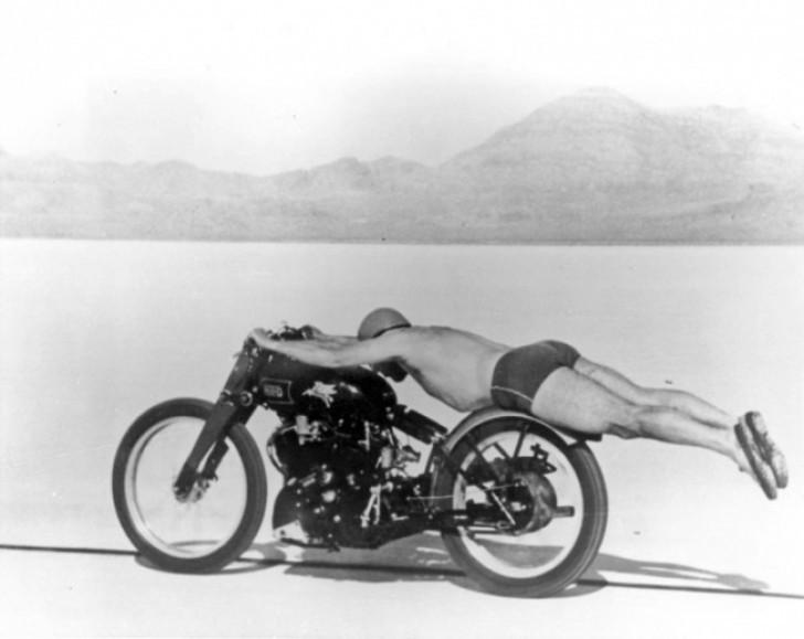 Vào những năm 50 của thế kỷ trước, các tay đua xe phải cởi hết quần áo và nằm rạp ra như thế này