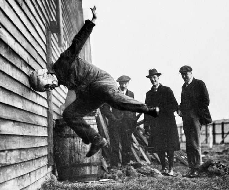 Vì chưa có các thiết bị đo đạc nên tự đập đầu vào tường là cách duy nhất để thử nghiệm mũ bảo hiểm.