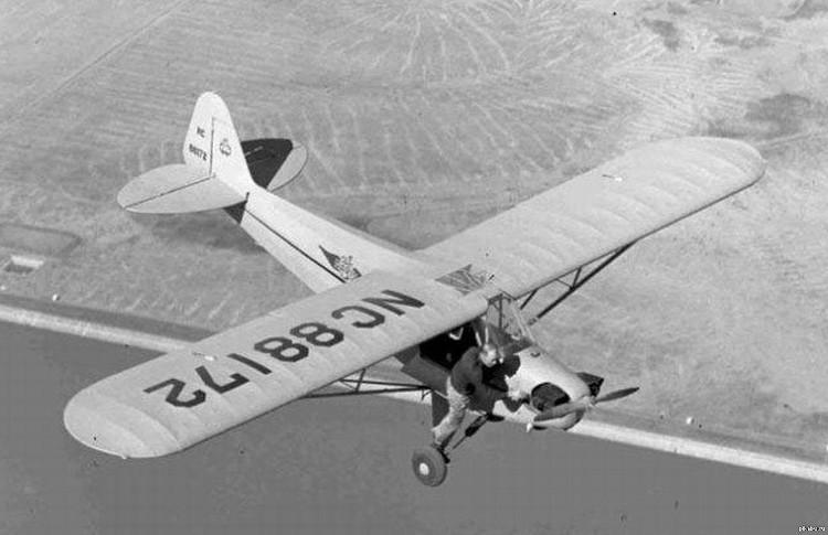 Một phi công đang cố khởi động lại chiếc máy bay của mình trên không trung