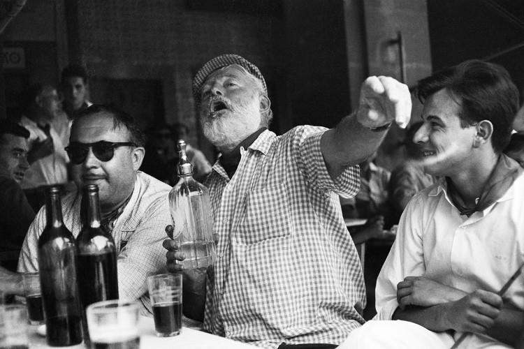 Đại thi hào người Mỹ Hemingway say sưa trong một bữa nhậu.