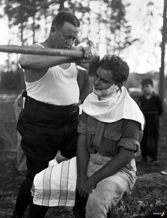 Cách những người thợ xẻ gỗ cạo mặt cho nhau, ảnh được chụp vào năm 1940.