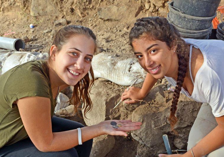 Hai nữ sinh tìm ra đồng xu quý hiếm.