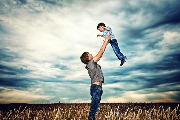 Sự có mặt của người cha trong những giai đoạn phát triển đầu đời của con trẻ sẽ cải thiện được tương lai của con rất nhiều.