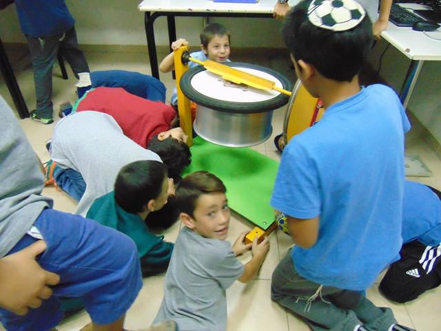 Học sinh lớp lớn hơn đóng vai trò là giáo viên dạy lớp nhỏ.