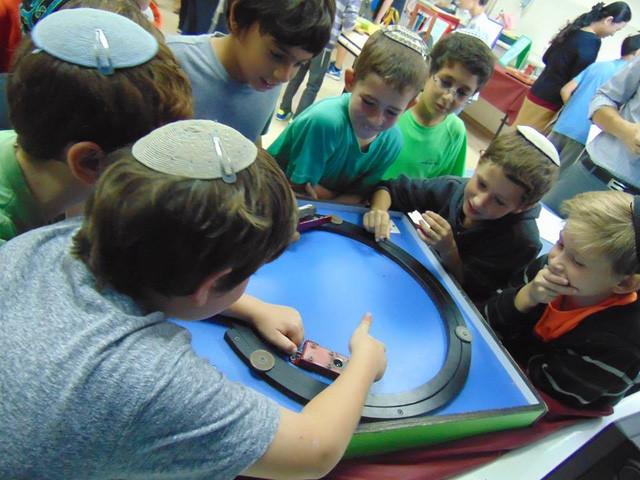 Những học sinh tại trường Tiểu học cuả Jerusalem (Israel) hào hứng trong giờ học.