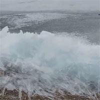 Video: Cảnh tượng sóng liên tục vỗ vào bờ dù bị đóng băng