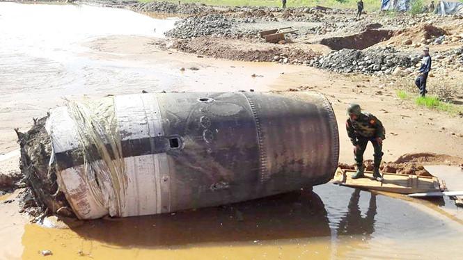 Vật thể rơi xuống khu khai thác đá ở bang Kachin, Myanmar được cho là một động cơ của tên lửa hoặc bộ phận vệ tinh.