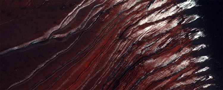 Các đụn các màu đen sậm ở miệng núi lửa Russell
