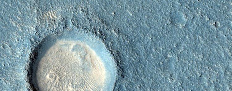 Một miệng núi lửa nằm giữa đồng bằng