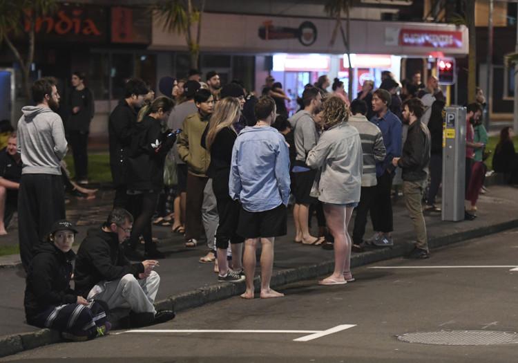 Người dân chạy ra khỏi nhà ở thủ đô Wellington.