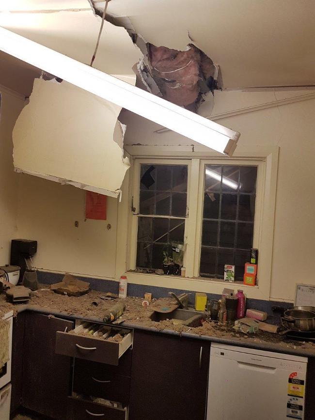 Nhà cửa bị hư hại trong trận động đất.