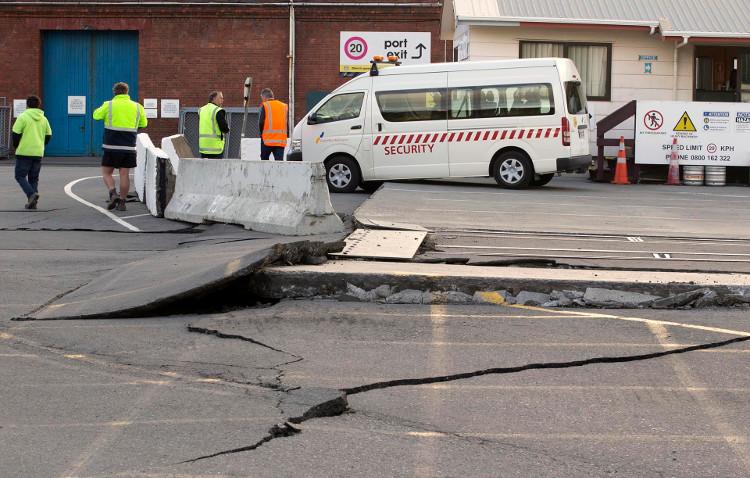 """Đường giao thông ở New Zealand bị động đất """"băm nát""""."""