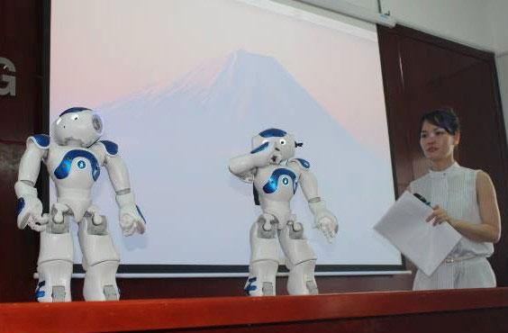 Hai robot Nao mà Đại học Lạc Hồng tiếp nhận.