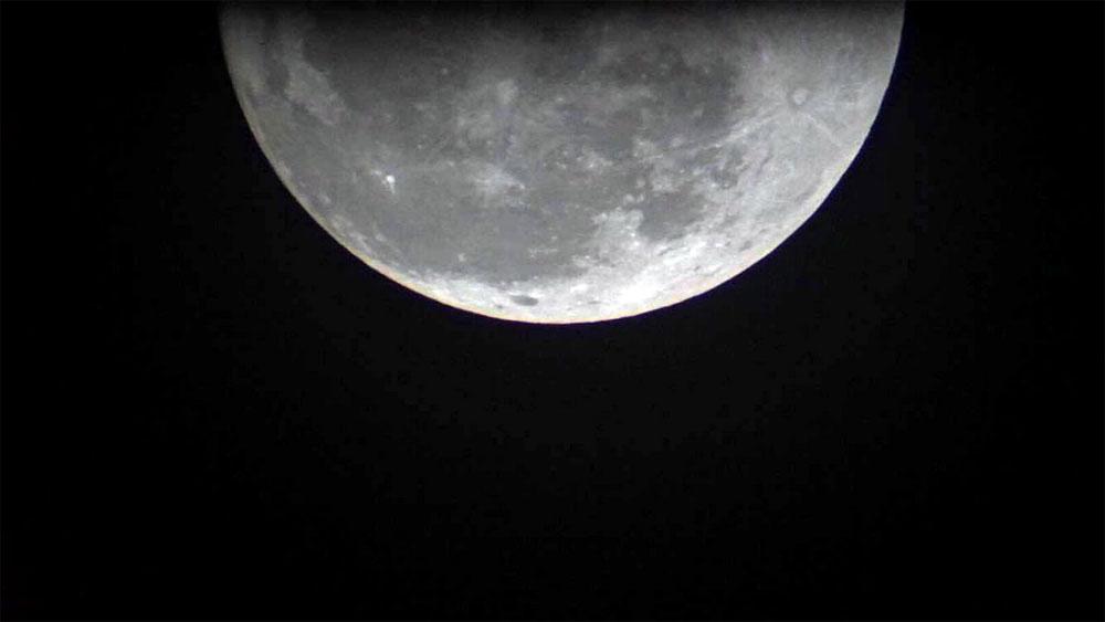 Hình ảnh siêu trăng thời điểm gần trái đất nhất lúc 20h52 tại TP.HCM