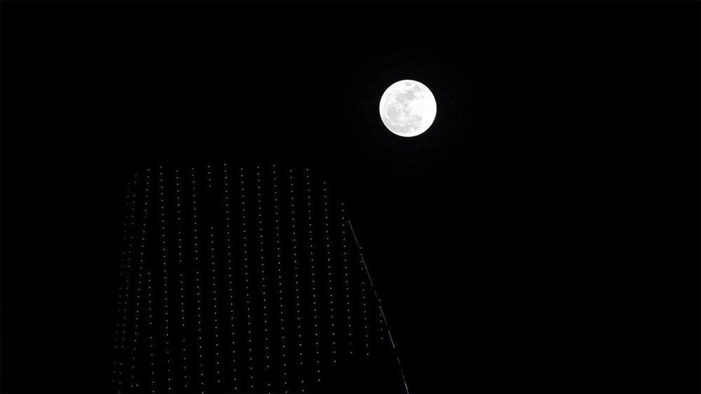 Hình ảnh siêu trăng lúc 19h40 trên nóc tòa nhà Bitexco TP.HCM