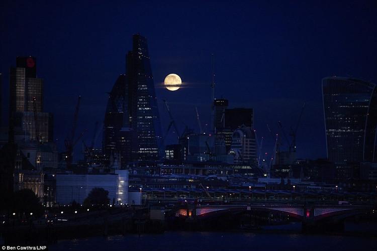 Đêm trăng rằm ở khu vực trung tâm tài chính của London ngày 13/11.
