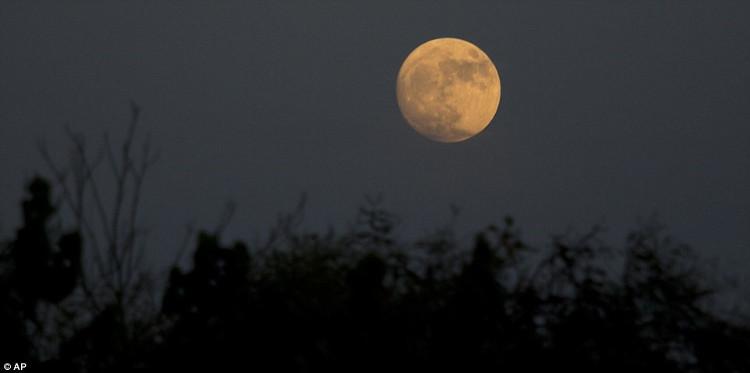Mặt trăng nhìn từ thung lũng Hefer ở Israel.