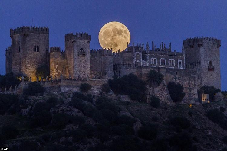 Mặt trăng ở Madrid, Tây Ban Nha to hơn và sáng hơn so với trăng rằm bình thường.