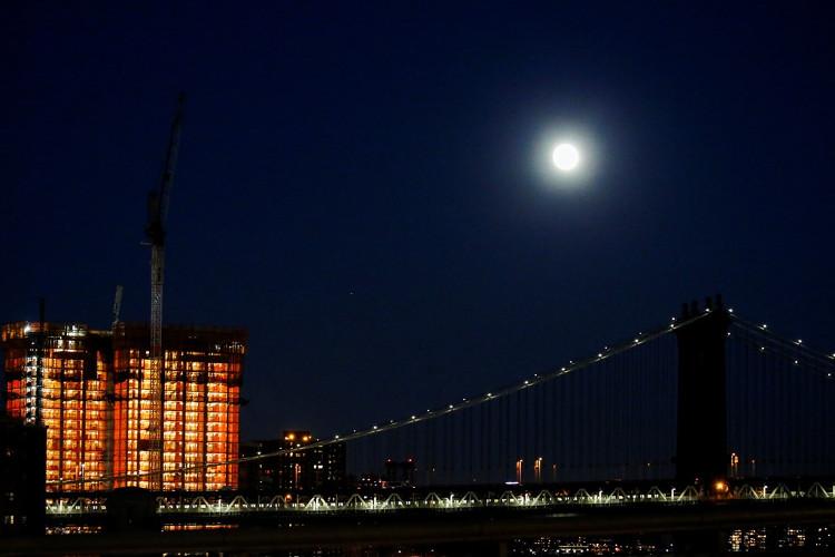 Siêu trăng phía trên cầu Manhattan tại New York đêm 13/11.
